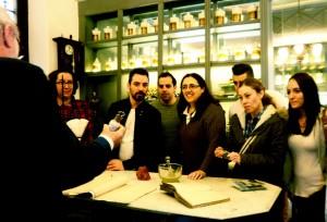 Un grupo de jóvenes en la Farmacia Museo